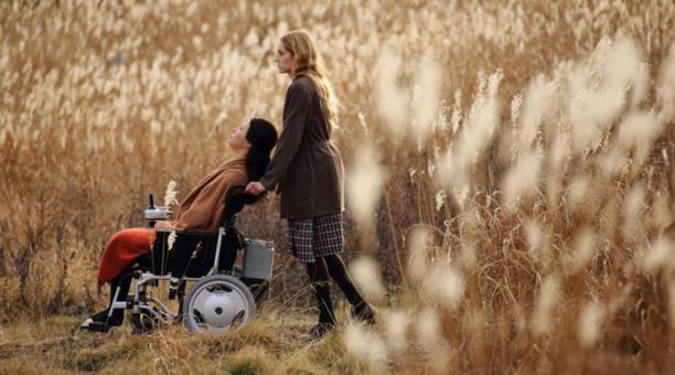 Leona es compañera de Tania, una mujer que sufre una enfermedad por una catástrofe nuclear