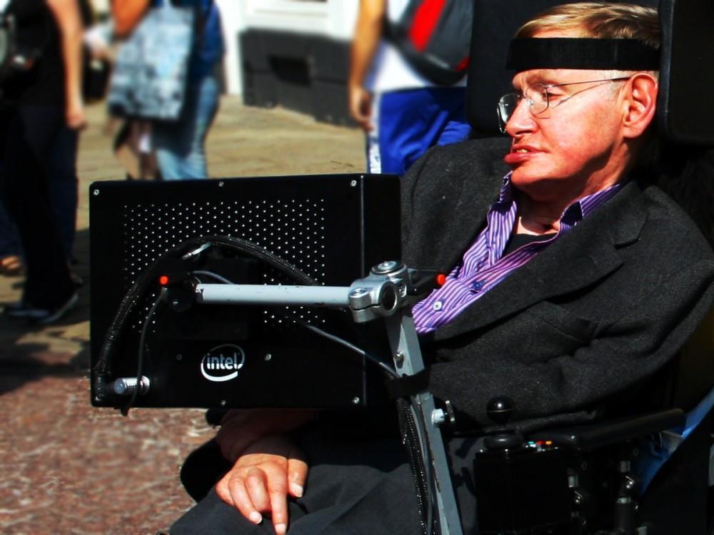 Stephen_Hawking_in_Cambridge-culturageek.com.ar