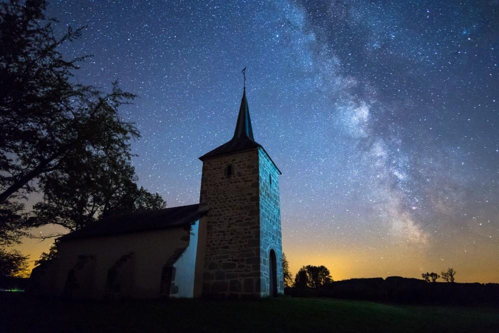 Savault_Chapel_Under_Milky_Way_BLS-culturageek.com.ar-HD