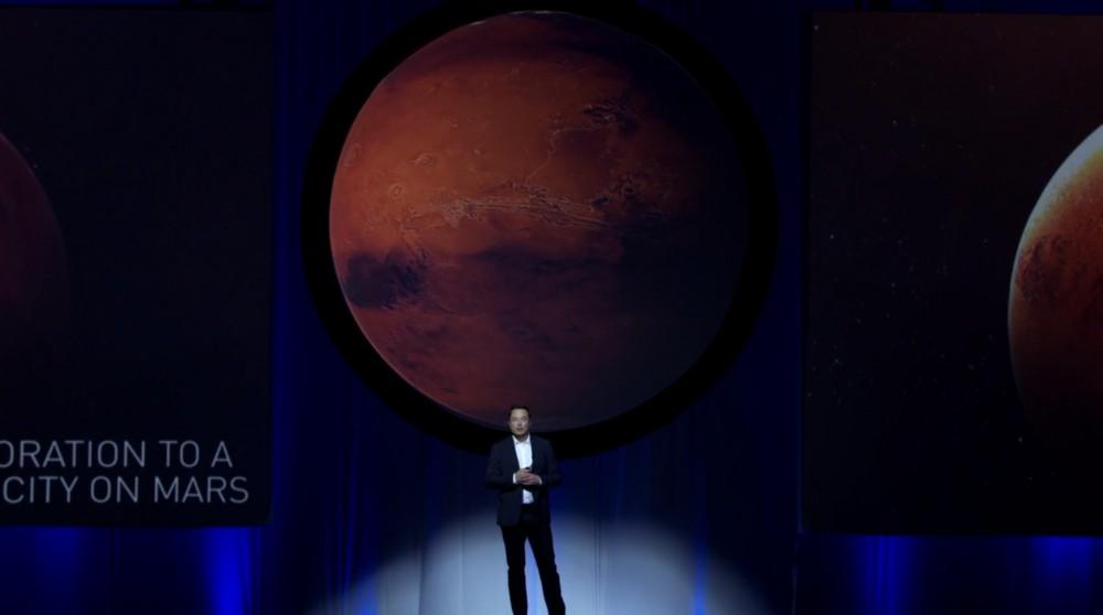 """Elon Musk en su charla """"Haciendo al humano una especie interplantearia"""" en el Congreso Internacional de Astronáutica 2016."""
